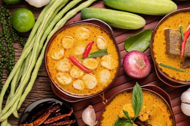 Rote curry-frikadellen mit chili und frühlingszwiebeln in einer schüssel