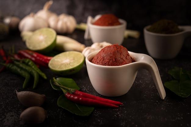 Rote curry-paste aus chili.