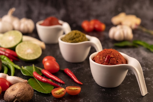 Rote curry-paste aus chili.