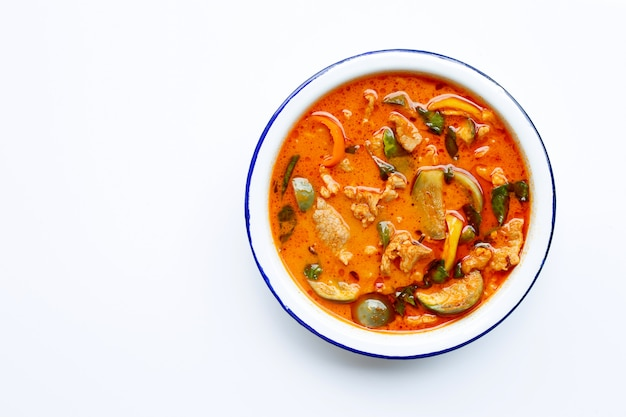 Rote curry runde aubergine mit schweinefleisch, weißer hintergrund.