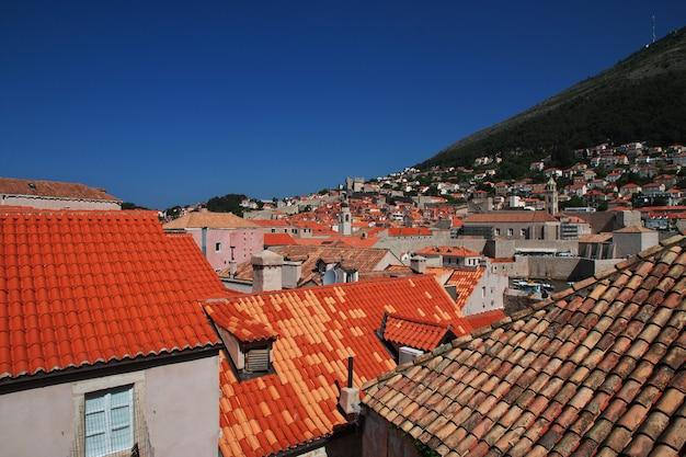 Rote dächer in der dubrovnik-stadt auf adriatischem meer, kroatien