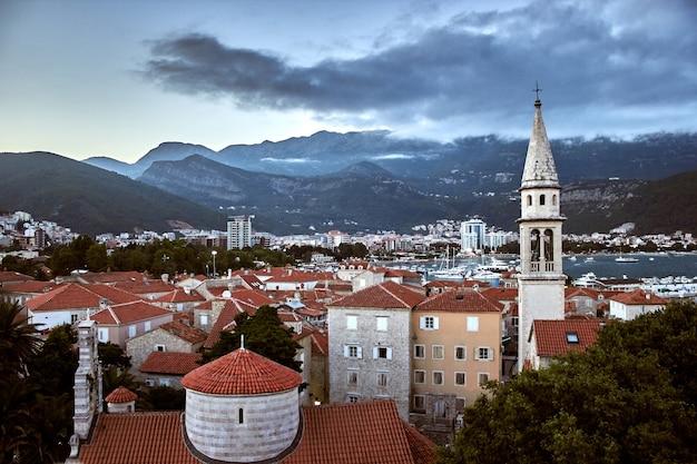 Rote dächer von budva in montenegro