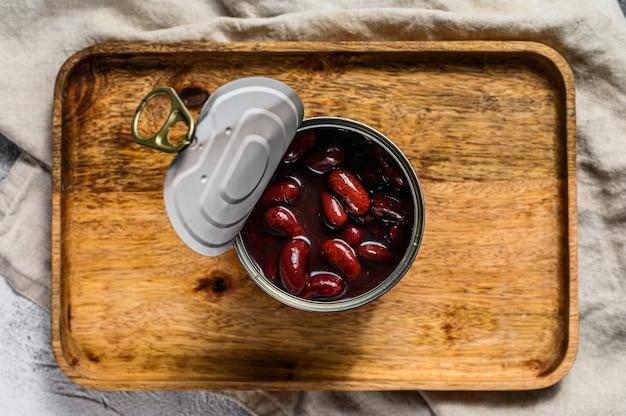 Rote dosenbohnen in einer aluminiumdose. grauer hintergrund. draufsicht