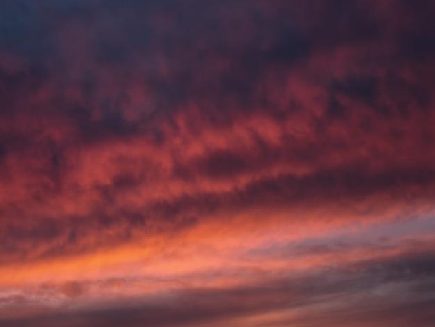 Rote dramatische abendliche cumuluswolken am himmel. bunter bewölkter himmel bei sonnenuntergang. himmelsbeschaffenheit, abstrakter naturhintergrund