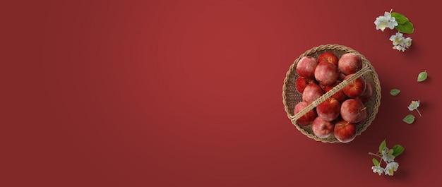 Rote draufsichtebenenlage-fahnenszene mit weißen blumen des apfelkorbes und grünblättern