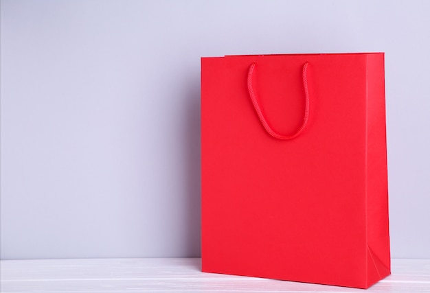 Rote einkaufstasche auf einem grauen hintergrund