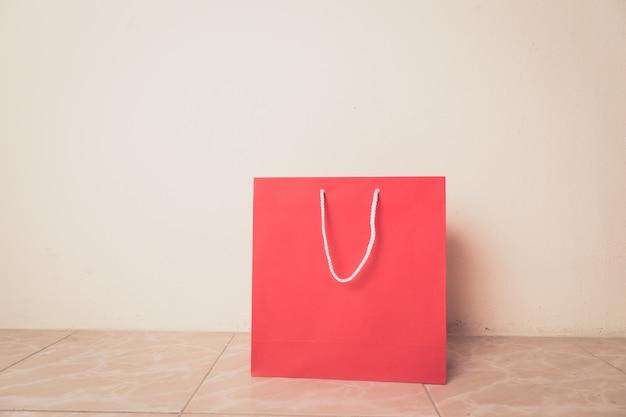 Rote einkaufstasche und kopienraum für einfachen text oder produkt