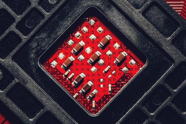 Rote elektronische mikrokreislaufkonzeptoberfläche des computers, nahaufnahme