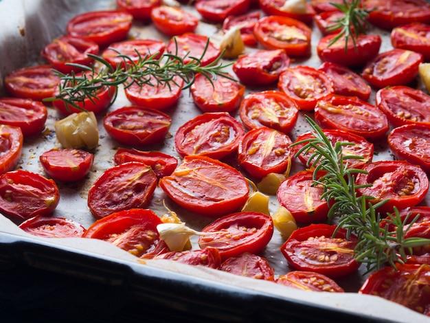 Rote erbstücktomaten gebacken mit knoblauch