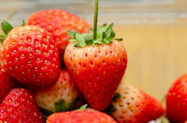 Rote erdbeere mit einem gemusterten hintergrund verwischt