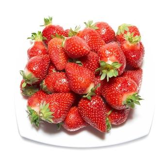 Rote erdbeeren auf dem weißen teller