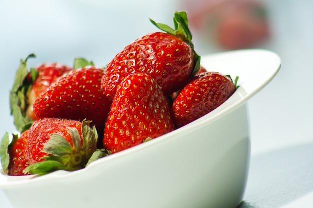 Rote erdbeeren auf einem teller
