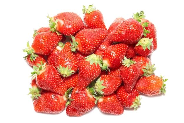 Rote erdbeeren lokalisiert auf dem weißen hintergrund