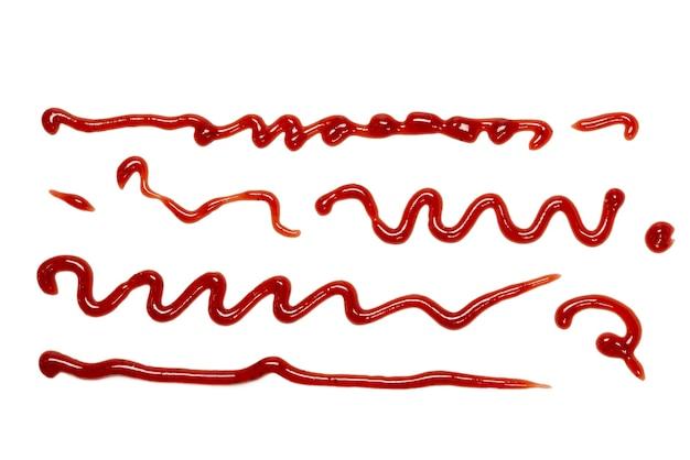 Rote erdbeermarmelade spritzt auf weißem hintergrund. ansicht von oben.