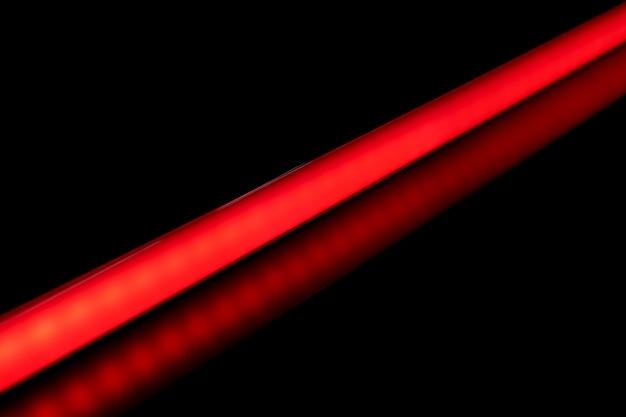 Rote farbe der led-röhrenglühlampe für fotografie und video auf schwarzem hintergrund.