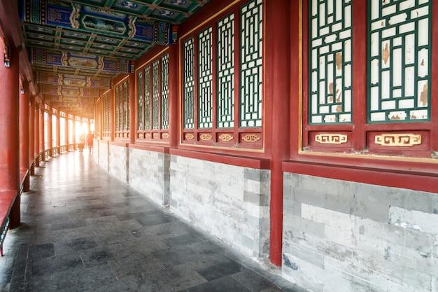 Rote fenster und säulen in den tempeln in peking, china