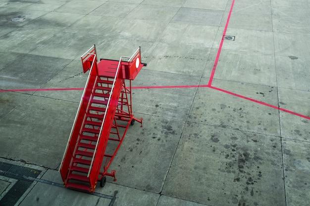 Rote fluggaststufe im flughafen.
