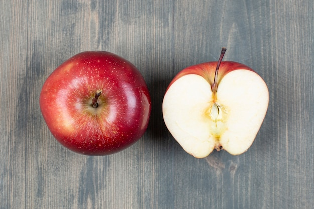 Rote frische äpfel auf marmoroberfläche