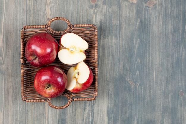 Rote frische äpfel im holzkorb