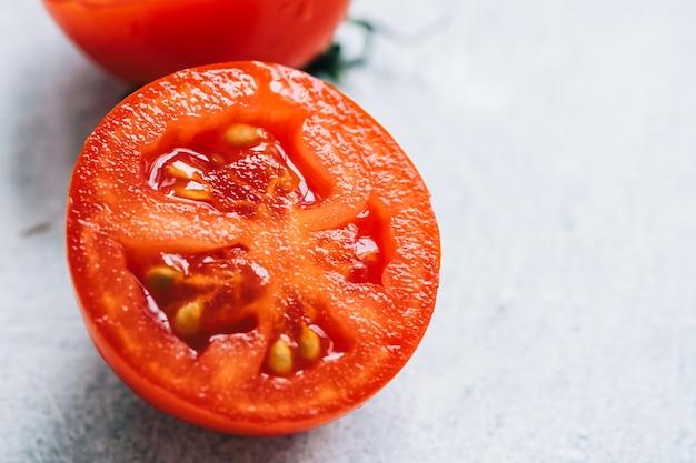Rote frische tomate auf dem tisch, nahaufnahme.