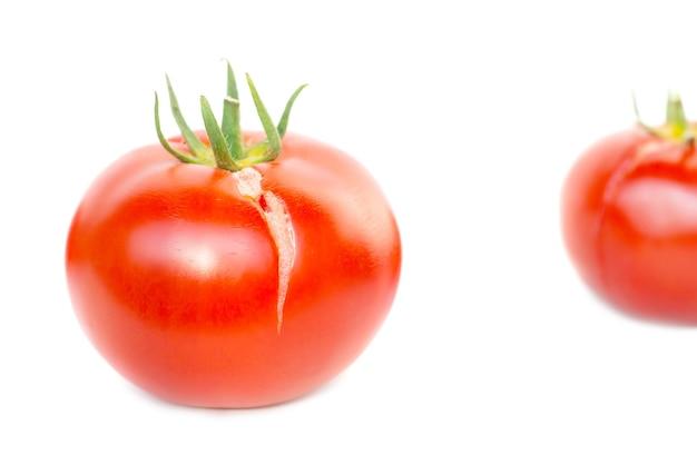 Rote frische tomate isoliert auf weißem hintergrund