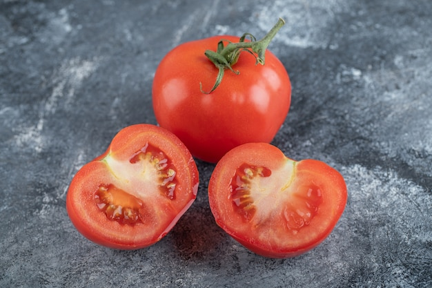 Rote frische tomaten ganz oder geschnitten. hochwertiges foto