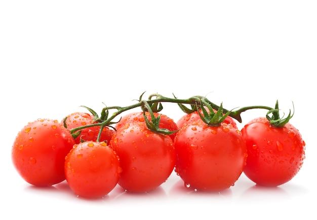 Rote frische tomaten mit wassertropfen
