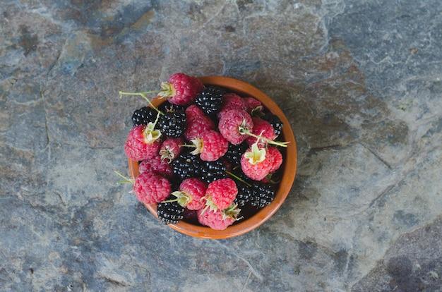 Rote früchte im holzkorb.