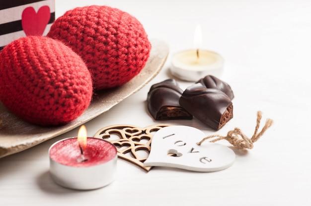 Rote funkelnde brennende kerze und dunkle schokolade