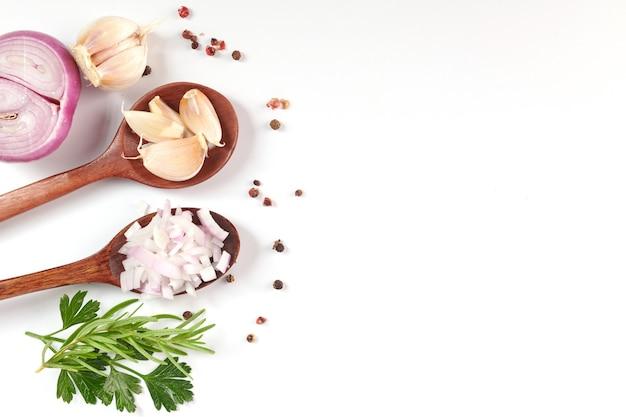 Rote ganze und geschnittene zwiebel, frische zwiebel isoliert auf weißer oberfläche mit schnittpfad. geschnittene rote zwiebel mit petersilie auf dem weiß.