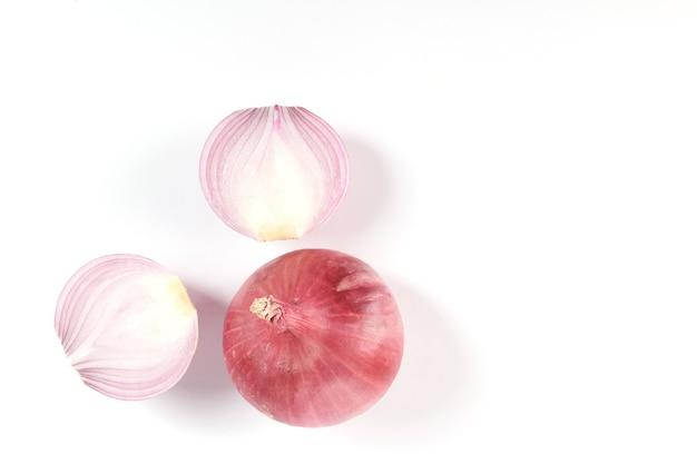 Rote ganze und geschnittene zwiebel, frische zwiebel isoliert auf weißer oberfläche mit schnittpfad
