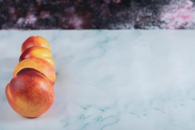 Rote gelbe pfirsiche getrennt auf weiß.