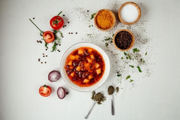 Rote gemüsesuppe auf dem tisch