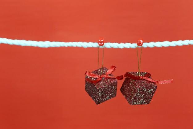 Rote geschenkbox an der wäscheleine hängen.