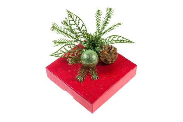 Rote geschenkbox auf weißem hintergrund