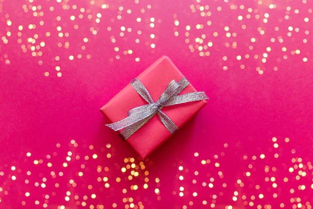 Rote geschenkbox der valentinstagzusammensetzung mit bogen, funkelnfotoschablone, hintergrund.