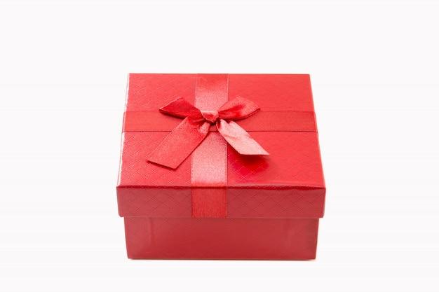 Rote geschenkbox isoliert