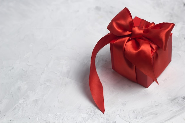 Rote geschenkbox mit draufsicht des roten satinbandes