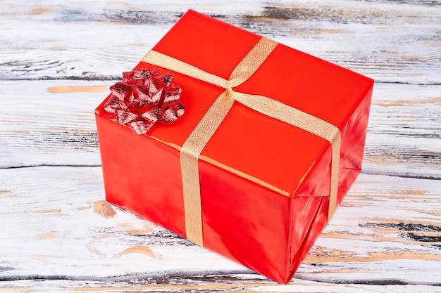 Rote geschenkbox mit roter glitzerschleife.
