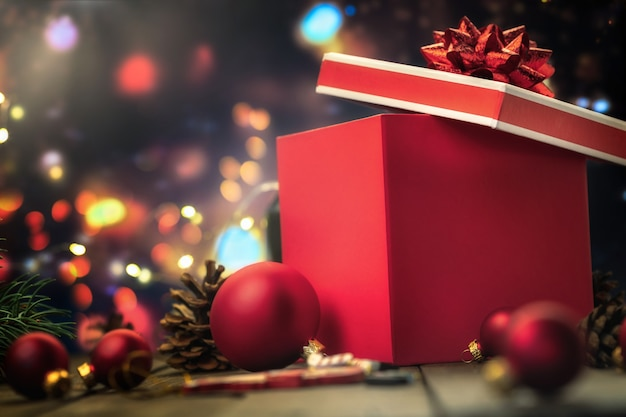 Rote geschenkbox mit weihnachtsglaskugeln