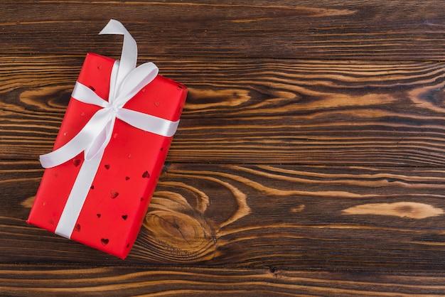 Rote geschenkbox mit weißem band
