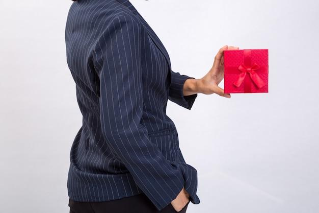 Rote geschenkbox von der geschäftsfrau