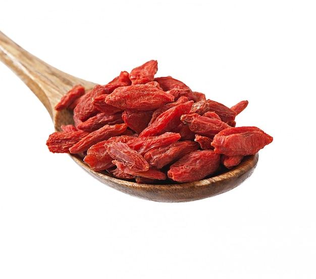Rote getrocknete goji beeren im hölzernen löffel