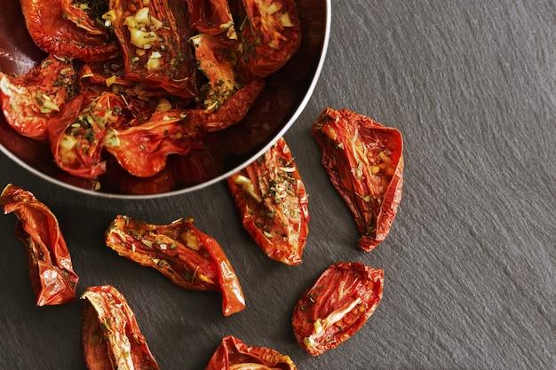 Rote getrocknete tomatenscheiben, selbst gemachtes sonnengetrocknetes pomodoro.