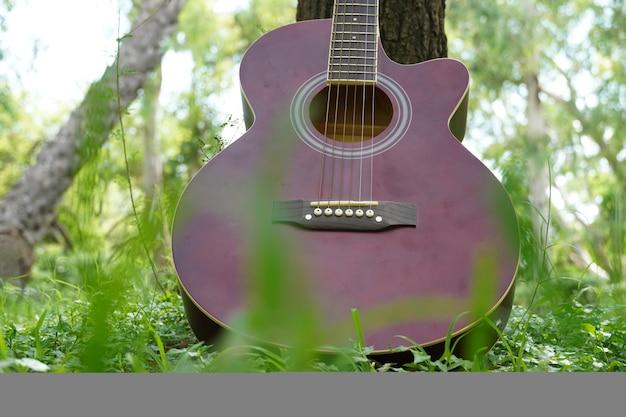Rote gitarre im bodenbild