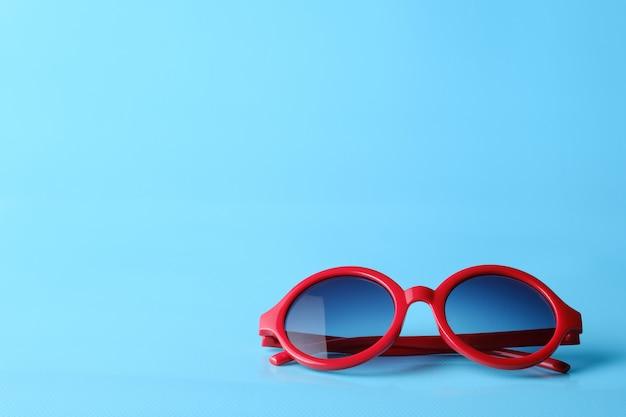 Rote gläser auf blauem hintergrund mit copyspace