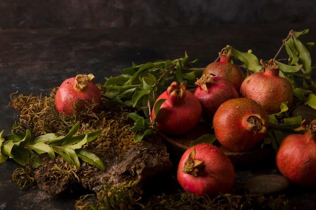 Rote granatäpfel auf dem holzbrett