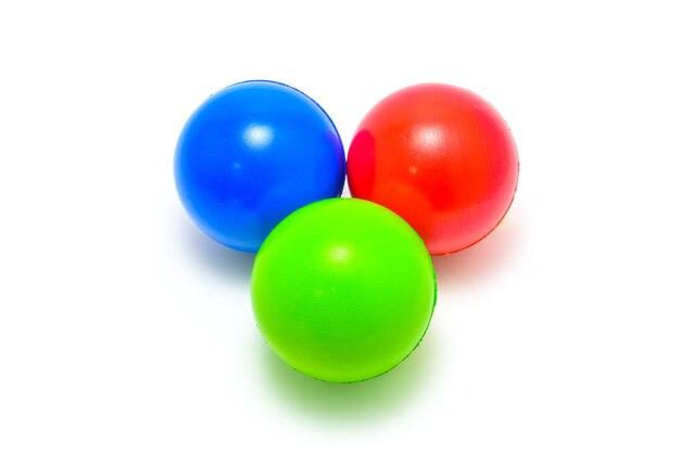Rote, grüne und blaue rgb-kugeln auf weißem hintergrund