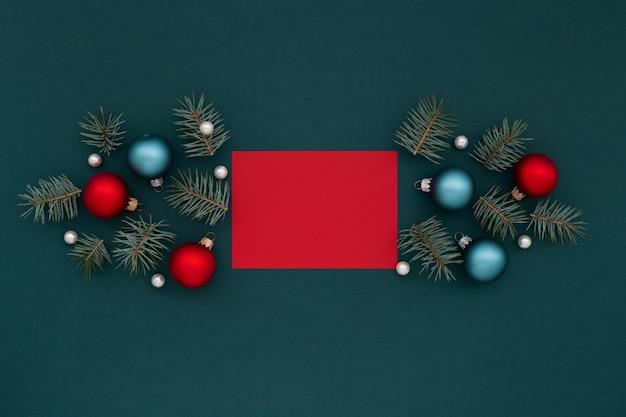 Rote grußkarte und weihnachtsdekoration