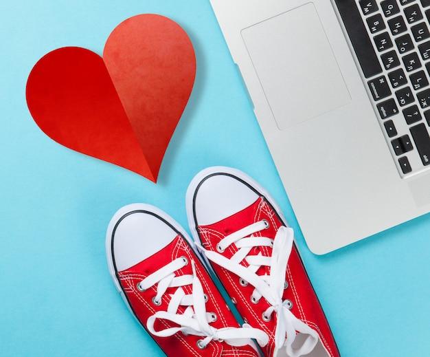 Rote gummischuhe und laptop
